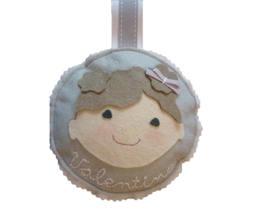 Medallones de fieltro personalizados para la cuna