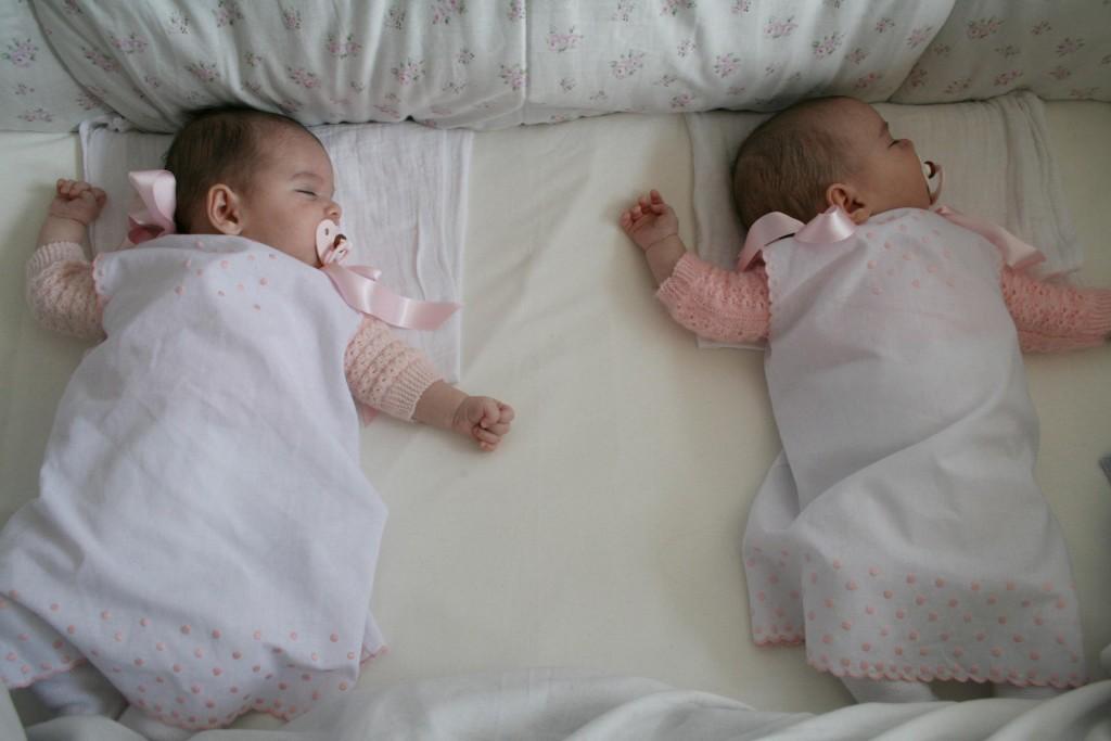 2 gemelas en cuna
