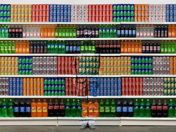 botes de colores en el supermercado