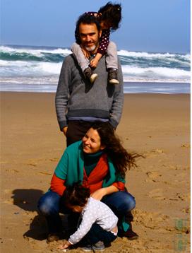 familia-gemelos-en-la-playa